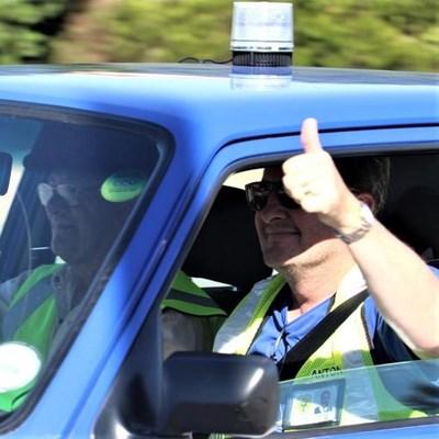 Groot konvooi voertuie laat inwoners en besoekers veilig voel